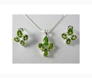 Stunning 6 ctw Peridot Earrings & Necklace Set