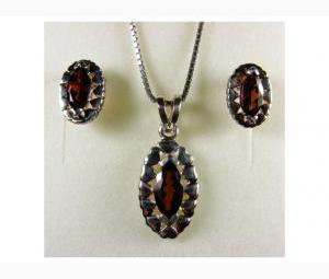 Attractive 2.75 ctw Garnet Earrings & Necklace Set